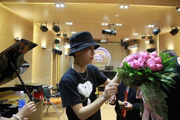 Trong đó, bó hoa sen tươi thắm và nón lá có dòng chữ Hàn – Việt là những món quà ấn tượng với Yesung.