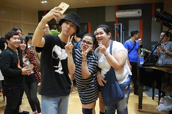Trong buổi tập nhạc tại phòng thu của nhạc sĩ Đức Trí, Yesung vô cùng bất ngờ khi có ba cô gái xinh xắn là admin của fanclub Việt may mắn có cơ hội gặp gỡ thần tượng.