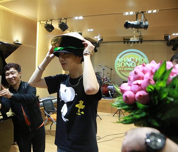 Nam ca sĩ không ngại ngần đội thử nón lá để chụp hình kỉ niệm với fan. Anh rất thân thiện trò chuyện, kí tặng và thoải mái chụp hình selfie cùng các fan ruột.