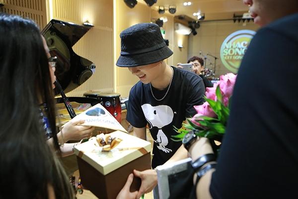Cộng đồng fan Việt gửi tặng rất nhiều món quà xinh xắn cho thần tượng đến từ Hàn Quốc.