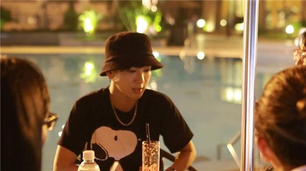 Sau khi hoàn thành buổi tập nhạc, Yesung trở về khách sạn khi trời đã tối muộn. Dù thấm mệt sau một ngày làm việc căng thẳng nhưng anh vẫn vui vẻ trò chuyện với đại diện các cơ quan báo đài tại khu vực hồ bơi của khách sạn năm sao.