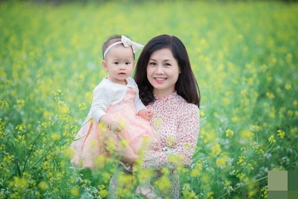 Mới đây, cư dân mạng bất ngờ chia sẻ rầm rộ loạt ảnh một phụ nữ trẻ ôm một bé gái trên đồng hoa cải.