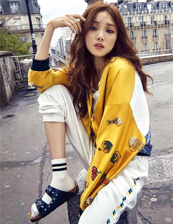 Lee Sung Kyung sở hữu gương mặt đẹp cá tính: khuôn mặt V-line, đôi mắt to tròn và bờ môi căng mọng quyến rũ.
