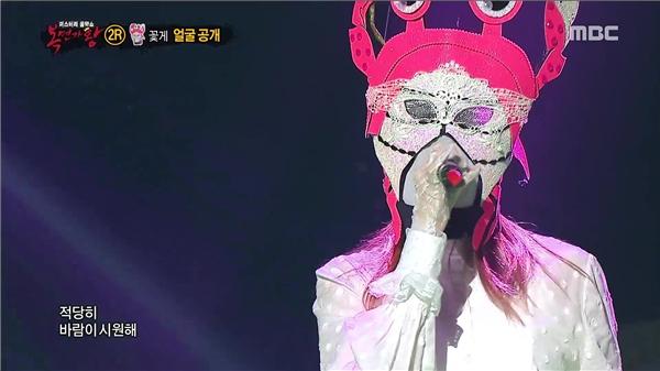 Lee Sung Kyung từng khiến khán giả ngỡ ngàng với màn khoe giọng trên sân khấu chương trình King of masked singer. Một lần khác, cô nàng thể hiện khả năng vũ đạo không hề thua kém bất kì thần tượng Kpop nào.