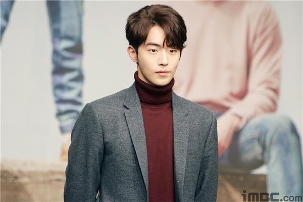 Về phía Nam Joo Hyuk lại mang dáng dấp không khác gì hotboy điển trai, phong cách luôn khiến các bạn nữ ngoái nhìn.