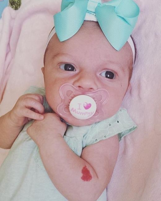 Thoạt đầu, Lois tưởng rằng vệt đỏ trên tay con gái chỉ là vết máu sau khi sinh. Dần dần, màu đỏ càng lúc càng thẫm và hình trái tim trở nên rõ rệt hơn.