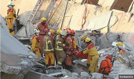 Các nhân viên cứu hộ đã tìm thấy thi thể của đôi bạn trẻ vẫn còn nguyên trong tư thế ôm nhau khi động đất.