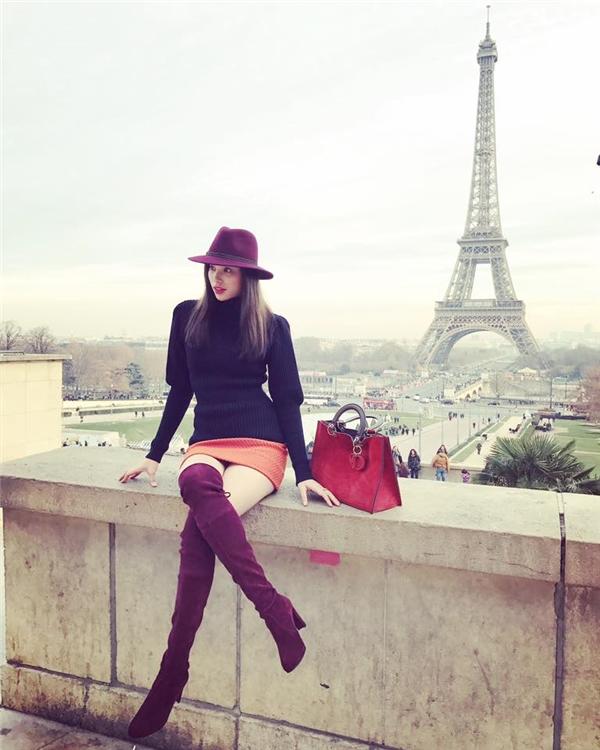 Sau một năm ròng làm việc vất vả, Phạm Hương đã có chuyến du lịch đến thủ đô Paris xinh đẹp. Hoa hậu Hoàn vũ Việt Nam 2015 diện trang phục năng động, trẻ trung kết hợp đôi boots da màu tím thẫm ấn tượng. Món phụ kiện giúp đôi chân cô trông dài hơn thực tế rất nhiều.