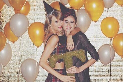 Nàng mẫu 20 tuổi rất thân thiết với Taylor Swift.