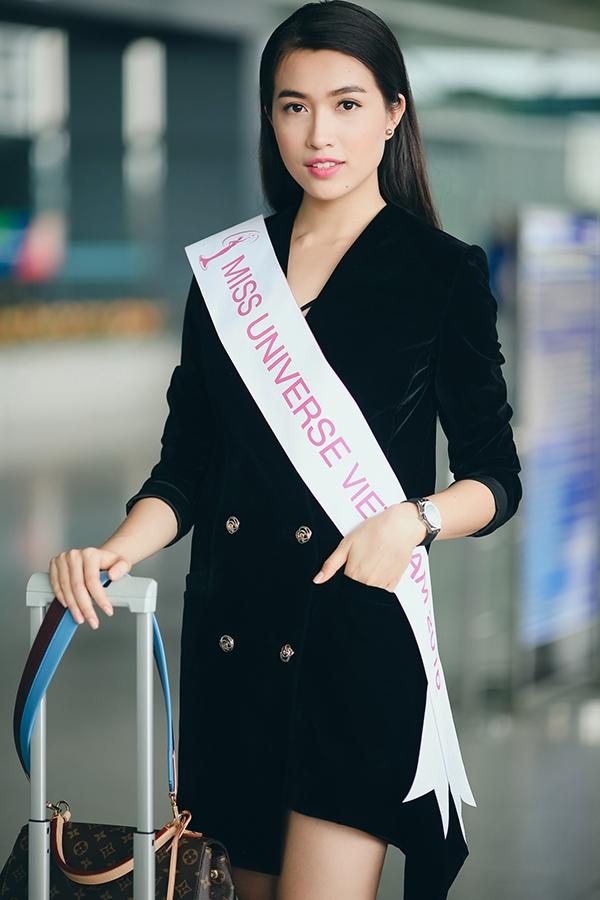 Với tầm quan trọng của chuyến đi, Lệ Hằng có sự chuẩn bị khá chỉn chu về ngoại hình. Tại sân bay, cô diện váy dáng vest tông đen thanh lịch cùng dải băng. Bộ váy chất liệu nhung, kèm hàng nút vàng đồng tạo sự tao nhã cho Lệ Hằng.
