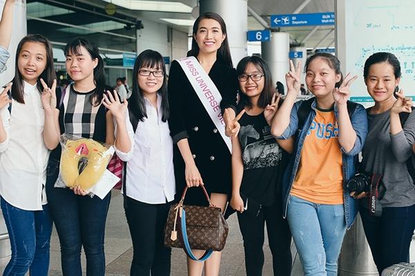 """Một số du khách nước ngoài nhận ra Lệ Hằng và chụp ảnh lưu niệm. Bên cạnh đó, Lệ Hằng được sự ủng hộ nồng nhiệt từ các fan """"ruột""""."""