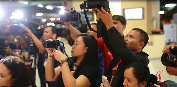 Vừa đặt chân đến sân bay nước bạn, Lệ Hằng ngay lập túc nhận được sự chào đón nồng nhiệt từ phía ban tổ chức lẫn giới truyền thông nước bạn. Trong đó, Á hậu được đài truyền hình CNN ghi hình phỏng vấn, kèm theo nhiều yêu cầu chụp ảnh từ phía các báo đài địa phương.
