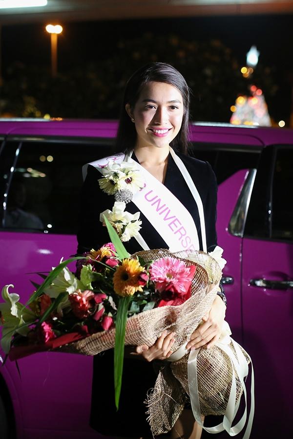 Màn chào đón hoành tráng ngay từ cổng vào này khiến Lệ Hàng đôi chút bất ngờ. Tuy vậy, đại diện Việt Nam tại Miss Universe 2016 vẫn giữ được thần sắc rạng rỡ. Cô giao tiếp cùng lúc nhiều phía và tạo dáng trước ống kính một cách tự tin. Sự thân thiện cùng nụ cười rạng rỡ cũng là dấu ấn ban đầu của Lệ Hằng với báo chí nước bạn.