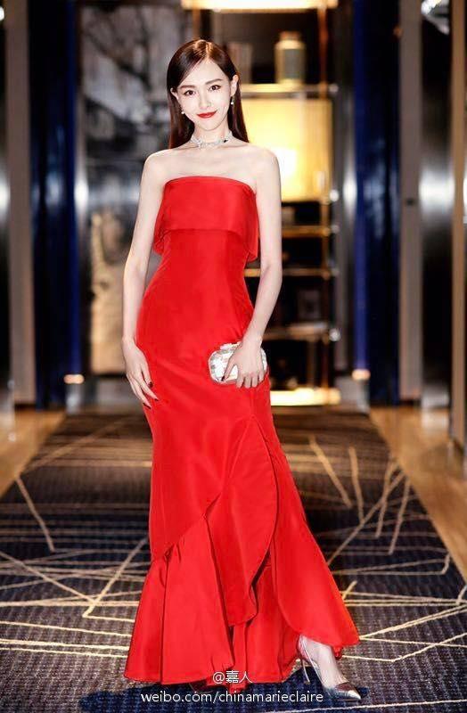 Đường Yên nổi bần bật với chiếc váy đỏ rực, trông cô nàng vô cùng hạnh phúc từ khicông khai chuyện tình yêu.