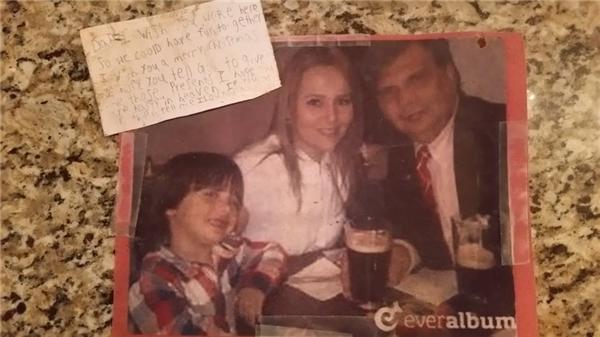 Bức ảnh và lá thư kèm theo quả bóng bay đáp xuống sân nhà chị Suzanne.(Ảnh:Suzanne Womac Edwards)
