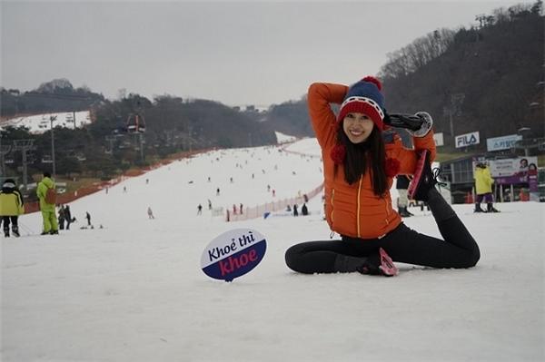 """Phụng Yến - cô MC nổi tiếng với bộ ảnh """"Yoga around the world"""" đã có thêm những hình ảnh đẹp khi tập yoga giữa trời tuyết."""