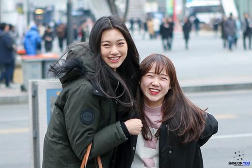 """Màn """"ôm ấp ý tứ"""" của Kim Doyeon và Choi Yoojung của I.O.I trông vừa ấm áp lại rất đáng yêu. Thoại nhìn cứ hệt cô chị đang bảo vệ, che chở em gái nhỏ của mình vậy!"""