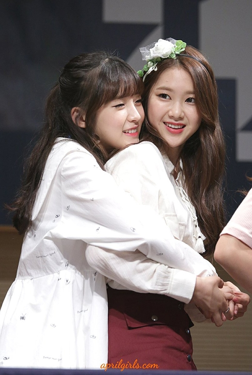 """Nụ cười hạnh phúc, vui vẻ của hai cô gái nhóm Oh My Girl Arin và Jiho khi """"tay trong tay""""."""