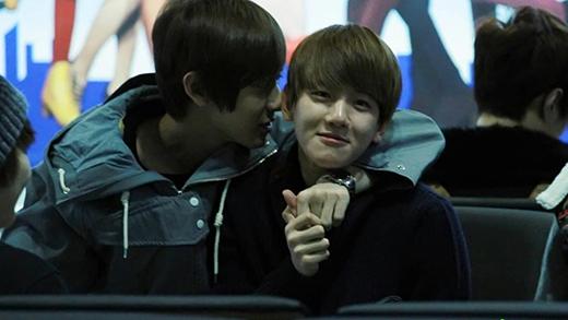 """Baekhyun (EXO)""""bé bỏng""""luôn được Chanyeol che chở như một tiểu bảo bối khi cả hai đứng cạnh nhau."""