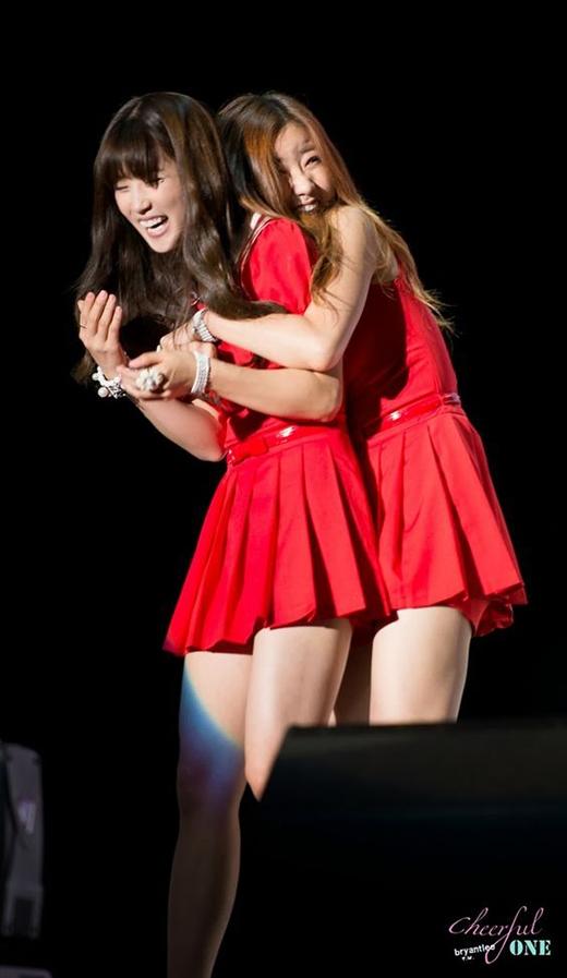 """Những """"cái ôm từ đằng sau"""" thật ngọt ngào tan chảy các sao Kpop dành cho nhau."""
