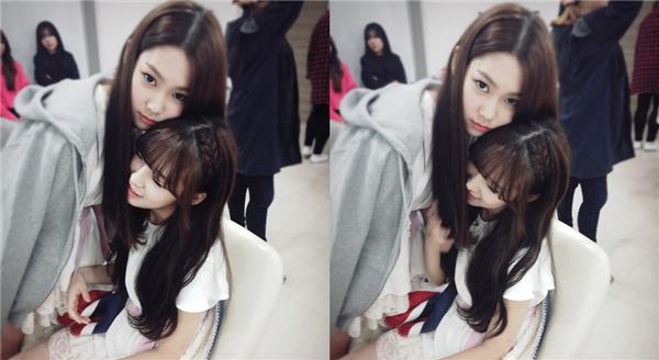 """Arin và Jiho luôn dành cho nhau những cái ôm đầy """"tình cảm"""" như thế này, fan có phát ghen lên được không chứ?"""