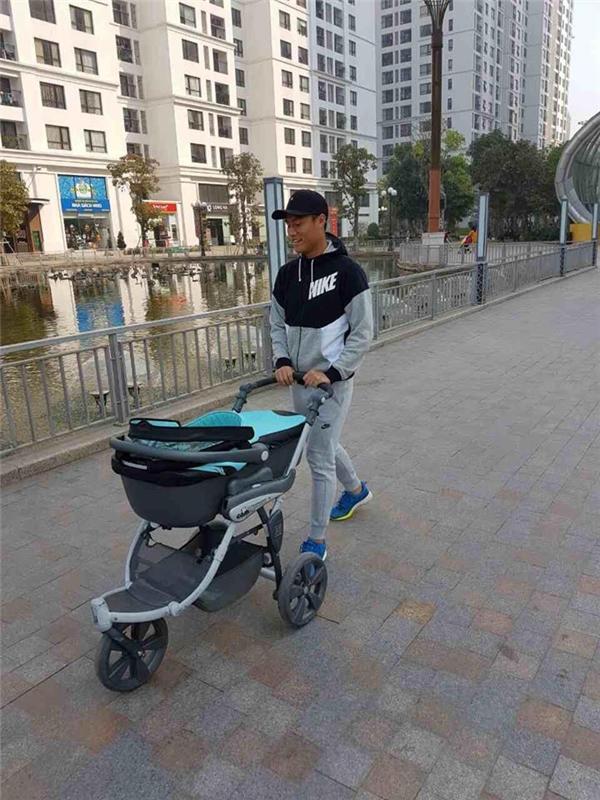 Mạc Hồng Quân đưa con trai đi dạo - Tin sao Viet - Tin tuc sao Viet - Scandal sao Viet - Tin tuc cua Sao - Tin cua Sao