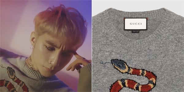 """Sơn Tùng và chiếc áo bị nghi là hàng """"fake"""" của Gucci do phần gân cổ áo khác biệt (một bên chìm, một bên nổi)."""