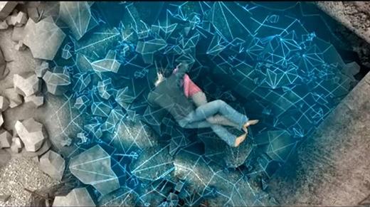 Người ta cũng đã dựng lại đoạn clip ngắn mình họa cho trận độngđất và quá trìnhMạnh Gia lấy thân người che chắn cho người yêu.