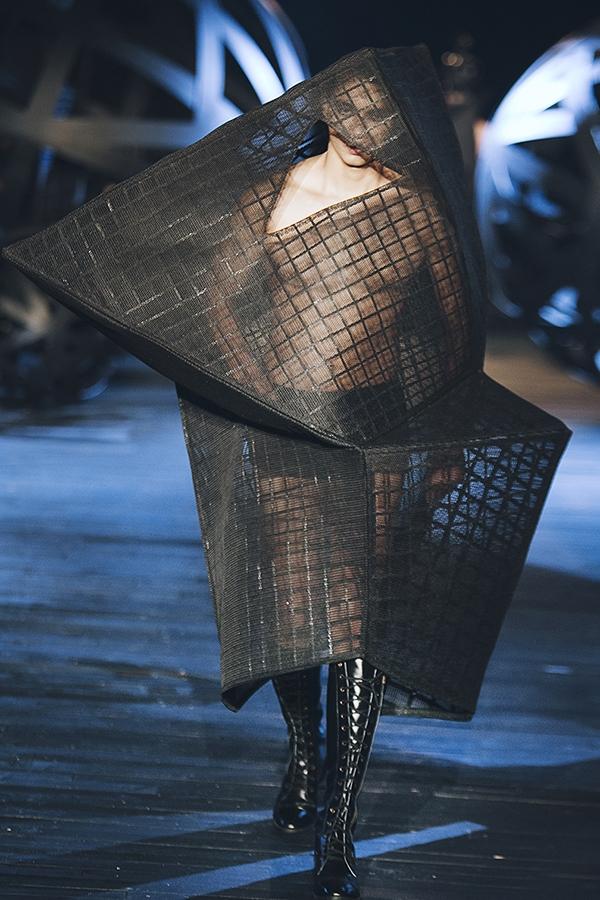 Tất cả phom dáng đầm bình thường sẽ được Đỗ Mạnh Cường phá vỡ mọi quy tắc, mang đến cái nhìn mới cho trang phục bằng những kỹ thuật dựng phom khác lạ, xử lý chất liệu đặc biệt.