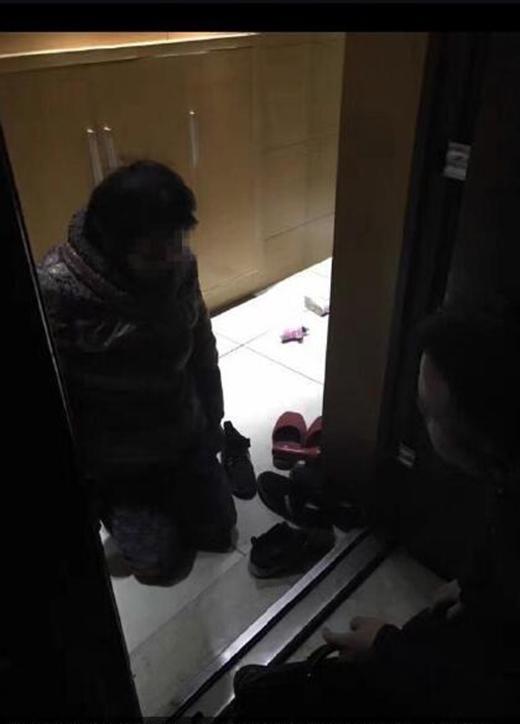 Để ngăn cản cô người mẫu bước vào nhà, mẹ của anh chồng đã quỳ xuống cầu xin con trai mình.