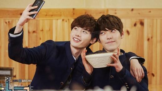 """Với diễn xuất tài tình cùng gương mặt điển trai, cả Lee Jong Suk và Kim Woo Bin khiến khán giả """"rần rần"""" trước cặp bạn thân Go Nam Soon và Park Heung Soo sau tất cả những hiểu lầm vẫn trở về với nhau."""