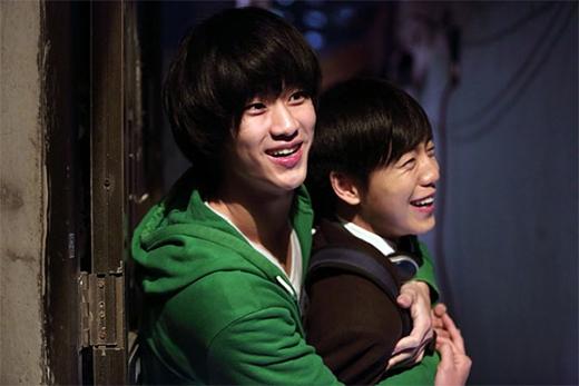 Vào vai diễn là hai anh chàng điệp viên Triều Tiên nằm vùng tại Hàn Quốc trong Secretly, Greatly, Kim Soo Hyun - Lee Hyun Woo đã một thời khiến người hâm mộ phát sốt vì những cảnh quay diễn tay đôi của cả hai hết sức ăn ý và ấn tượng.