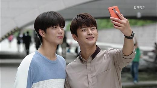 """Với gương mặt mang thương hiệu """"baby kute"""" vô đối, cặp đôi mỹ nam Park Bo Gum - Seo In Guk làm cho khán giả khó quên vai diễn của mình trong I Remember You. Thậm chí nhiều người còn nói rằng hai anh chàng mỹ nam này sinh ra... là dành cho nhau."""