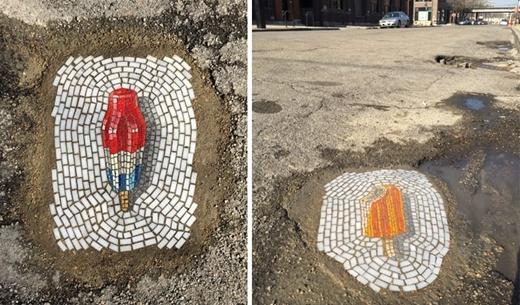 """Vì chính phủ không lấp hết đượccác ổ voiổ gà, giớinghệ sĩ đường phố đã """"hô biến"""" chúng thành những bức tranh khảm đầy màu sắc."""