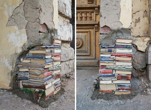 """Tận dụng chính những quyển sách cũ trong thư viện để chèn vào chân tường bị hổng lỗ. Trông vừa nghệ thuật lại đầy vẻ """"trí thức""""!"""