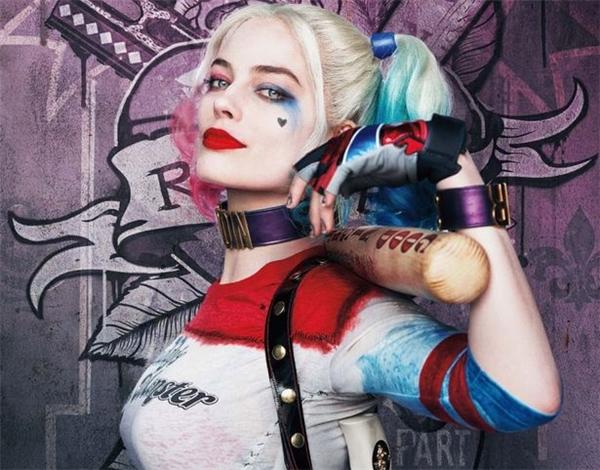 """Có thể nói từ đôi mắt, khuôn miệng cho đến thần thái, Eva (trên) trông không khác gì Margot (dưới) khi vào vai """"người tình của Joker""""."""