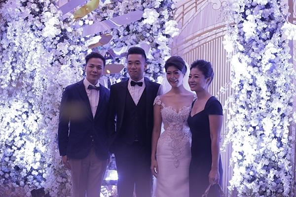 Đượcbiết, ông xãĐông Phương tên thật là Thiệu Tất Trung (tên tiếng Anh là Tony Thiệu), là một doanh nhân Việt kiều hiện đang làm việc trong lĩnh vực ngân hàng tại Việt Nam.