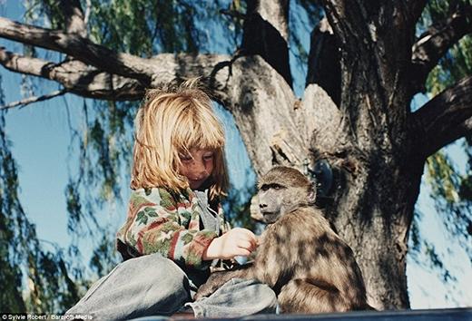 Cô bé chơi cùng chú khỉ tên Cindy ở Namibia khi lên 6 tuổi. Có thể nói, thời thơ ấu của Tippi là chuỗi những điều khác thường vìtừ nhỏ đã đi khắp các vùng hoang dã châu Phi.