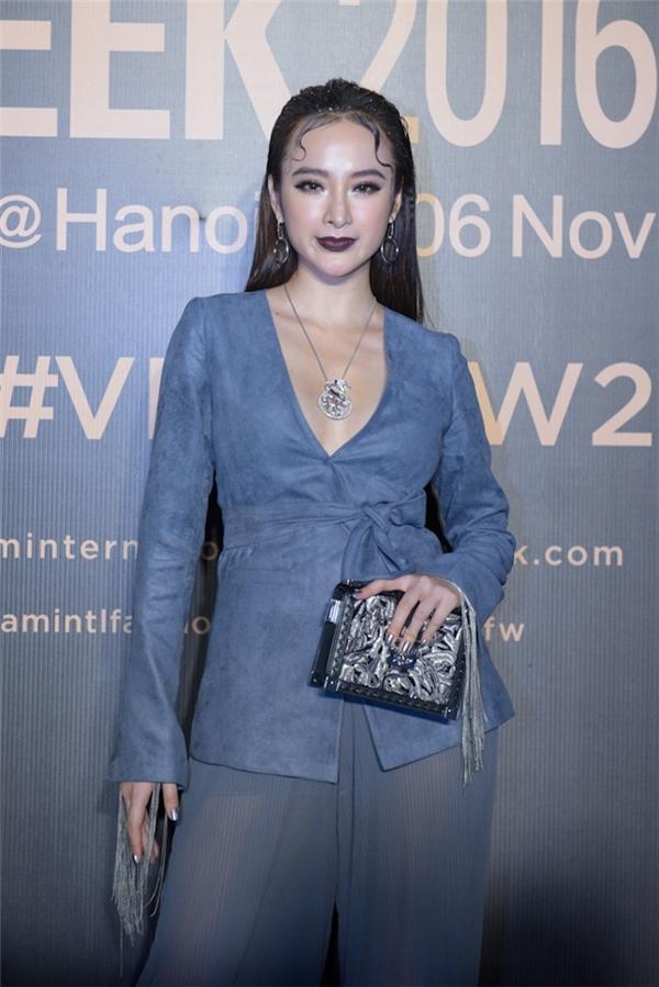 Trước đó, tham gia show diễn của nhà thiết kế Công Trí tại Tuần lễ Thời trang Quốc tế Việt Nam Thu - Đông 2016, cách trang điểm với đôi môi thâm đen, tóc uốn cầu kì ở vầng trán khiến Angela Phương Trinh thêm phần ấn tượng khi diện trang phục đơn sắc.