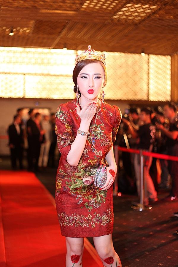 Ngoài hình xăm dán được phủ kín đôi chân, nữ diễn viên còn khiến quan khách tại đêm tiệc thời trang phải trố mắt với vương miện trên đầu. Bên cạnh đó, bộ trang phục với sắc đỏ tươi kết hợp nhiều họa tiết đầy màu sắc cũng dễ khiến người xem lóa mắt.
