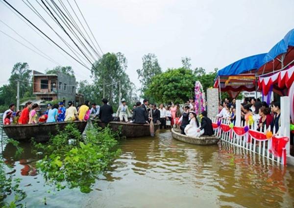 Mặc nước lũ, chàng vẫn chèo thuyền thúng đón nàng về dinh