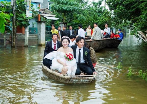 Cô dâu chú rể vẫn rạng rỡ dù nước ngập lênh láng, đi lại khó khăn.(Ảnh: Anh Đoàn)