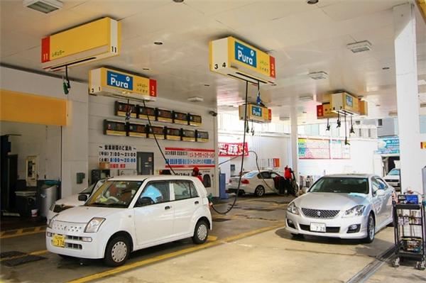 Một điều vô cùng đặc biệt ở các trạm xăng của Nhật đó là hệ thống vòi đổ xăng được treo trên cao, còn thùng xăng được lắp ngầm dưới mặt đất để không choáng diện tích, và bạn đỗ xe ở bất kỳ đâu thì người ta cũng kéo vòi tới đổ được.