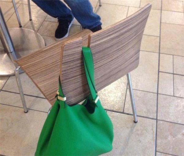 Một trong những vấn đề phiền toái trên khắp thế giới được người Nhật giải quyết trong vòng một nốt nhạc: một cái móc để treo túi xách lên những chiếc ghế ở quán ăn hay quán café.