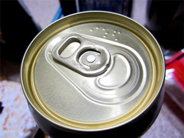 Ở Nhật, không có thứ đồ uống nào mà không được in chữ nổi lên trên lon, tất cả là để giúp cho người khiếm thị tự mình nhận biết được thứ họ đang uống.
