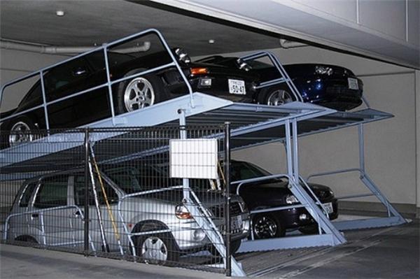 Những bãi xe có chỗ đậu 2 tầng như thế này là rất phổ biến, vì để tiết kiệm không gian.