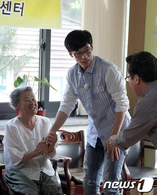 Yoo Jae Suk trong một hoạt động từ thiện ở bệnh viện. Anh luôn nhận được sựyêu mến từ mọi người.