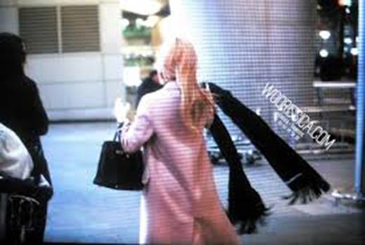 Jessica lập tức cởi khăn choàngkhoác lên cổ của cô em gái Krystal!