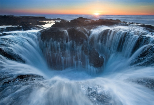 """Thác nước Thor's Well ở Oregon chụp từ trên cao. Người ta còn gọi nó là """"Cổng địa ngục""""."""