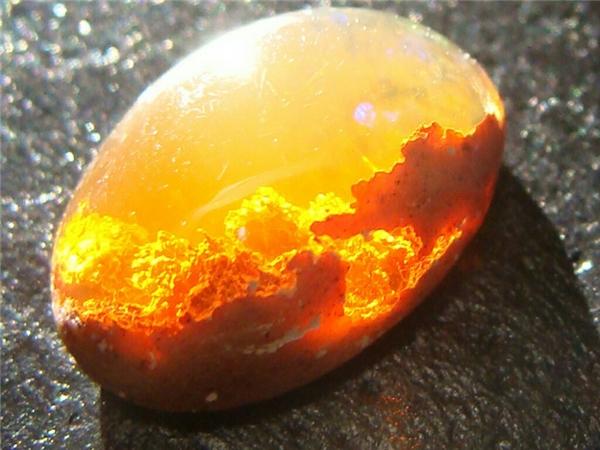 Một viên đá opal có những đường vân rực rỡ giống như thể một cảnh mặt lời lặn thu nhỏ.